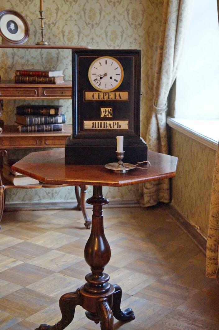 Часы в рабочем кабинете писателя