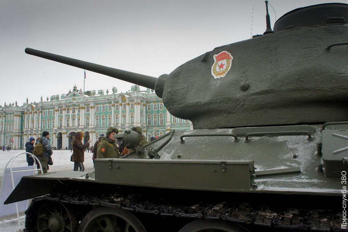 Танк Т-34 на Дворцовой площади