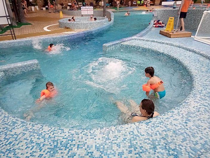 Дети в аквапарке Piterland