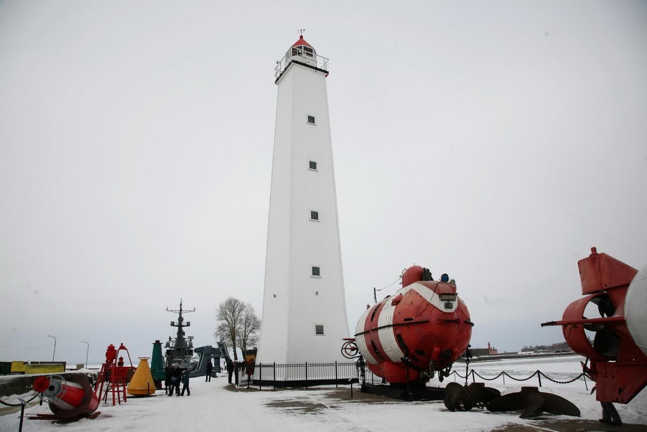 Деревянный белый маяк в Кронштадте