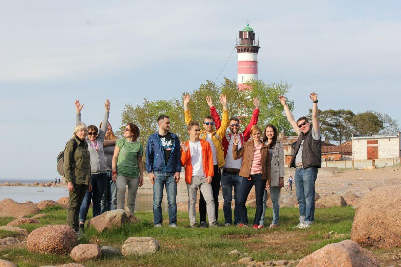 Экскурсанты на фоне Шепелевского маяка