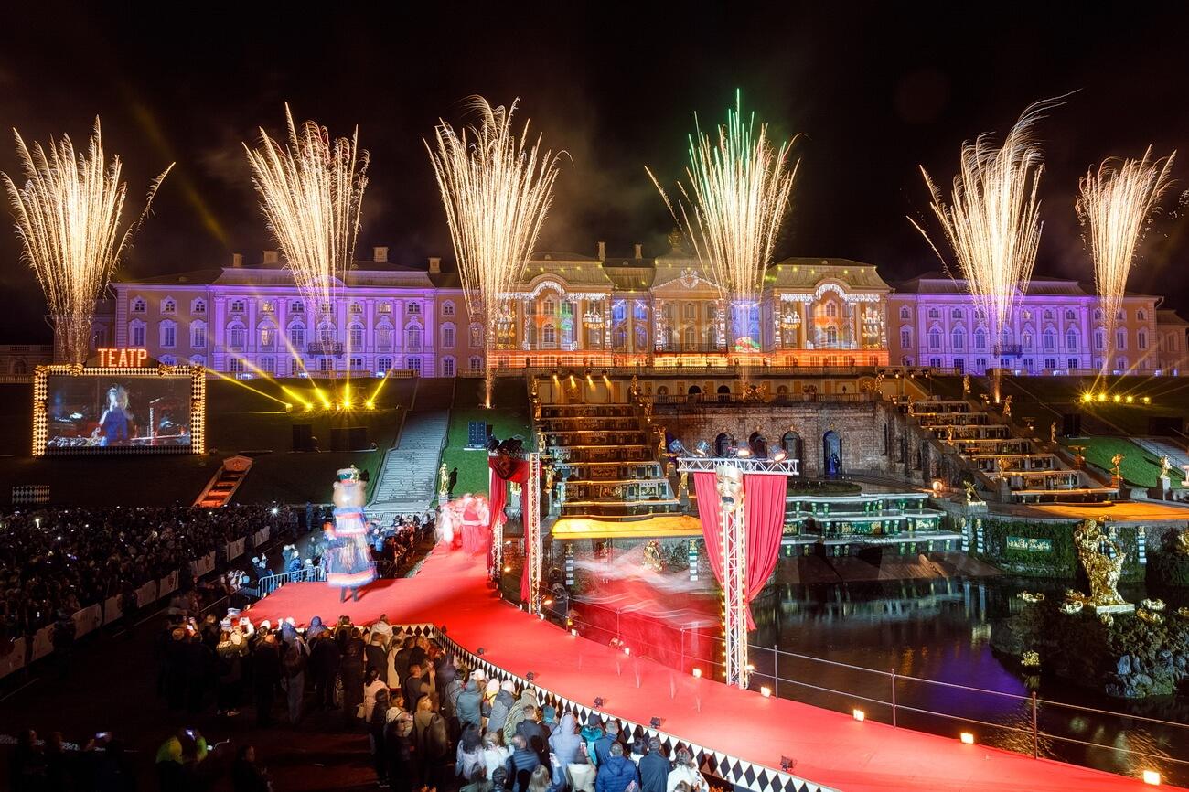 Масштабное шоу на празднике закрытия фонтанов