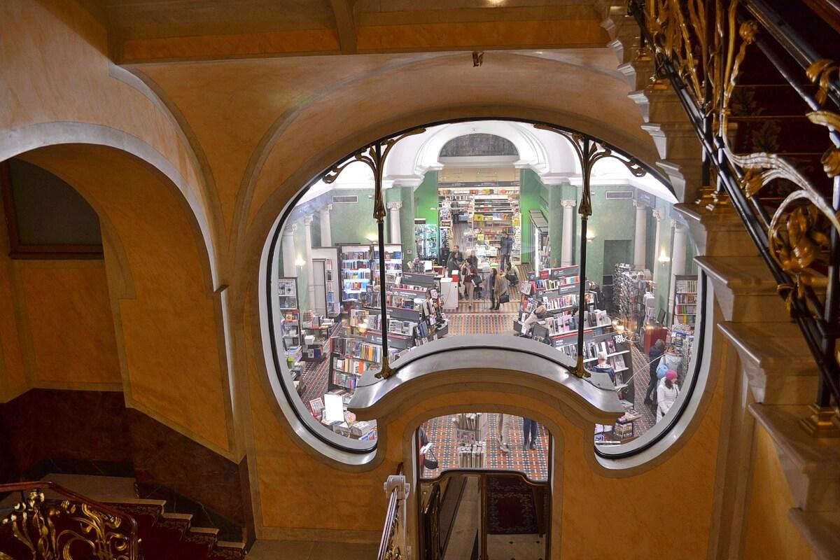 Окно в зал Дома книги