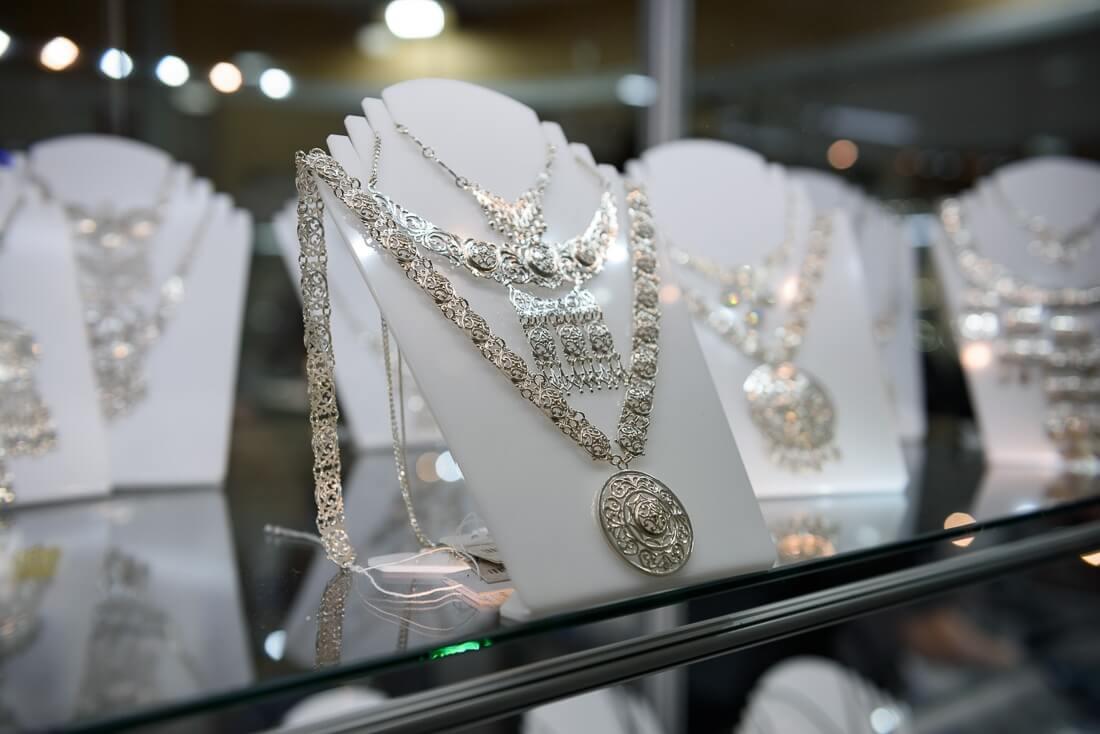 Ювелирные украшения на выставке