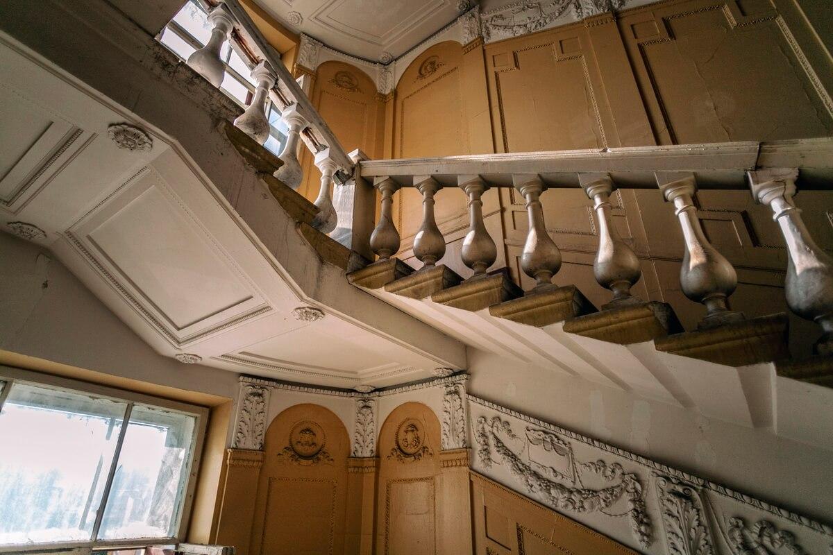 Лестница в питерской парадной в центре