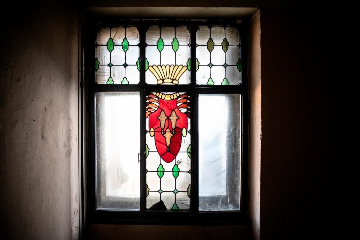 Витражи на окнах