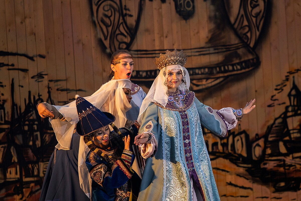Поют и танцуют ребята и девушки из театра `Водевиль`