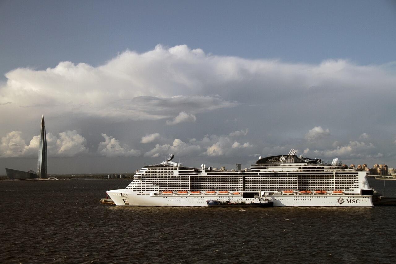 Круизное судно и Лахта Центр