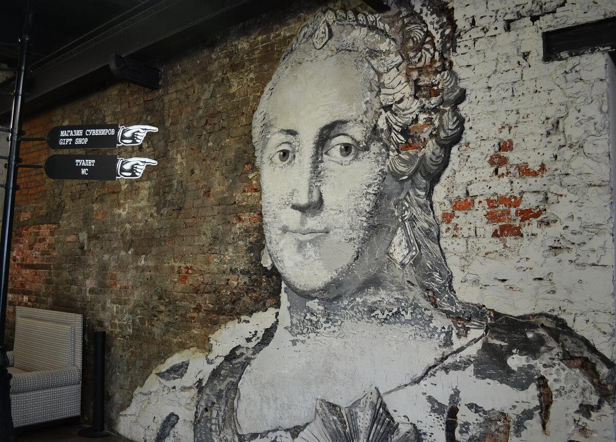 Гостей Певческой башни встречает сама Екатерина II