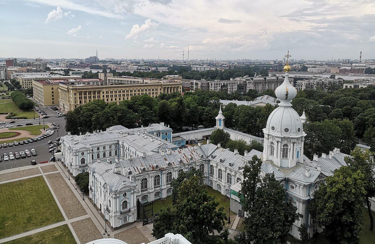 Здания внизу принадлежат Санкт-Петербургскому Государственному университету