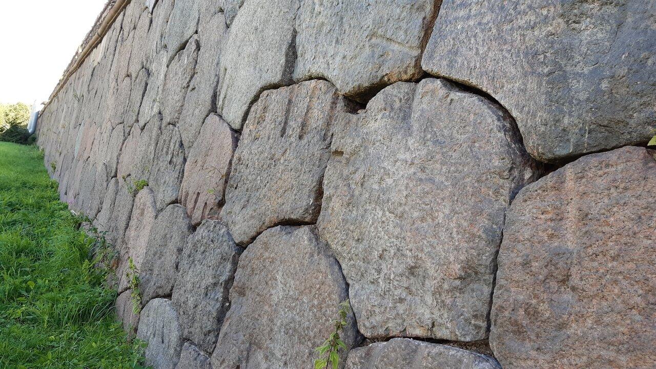 Стена из гранитных глыб неправильной формы