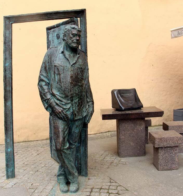 Памятник Довлатову в Петербурге