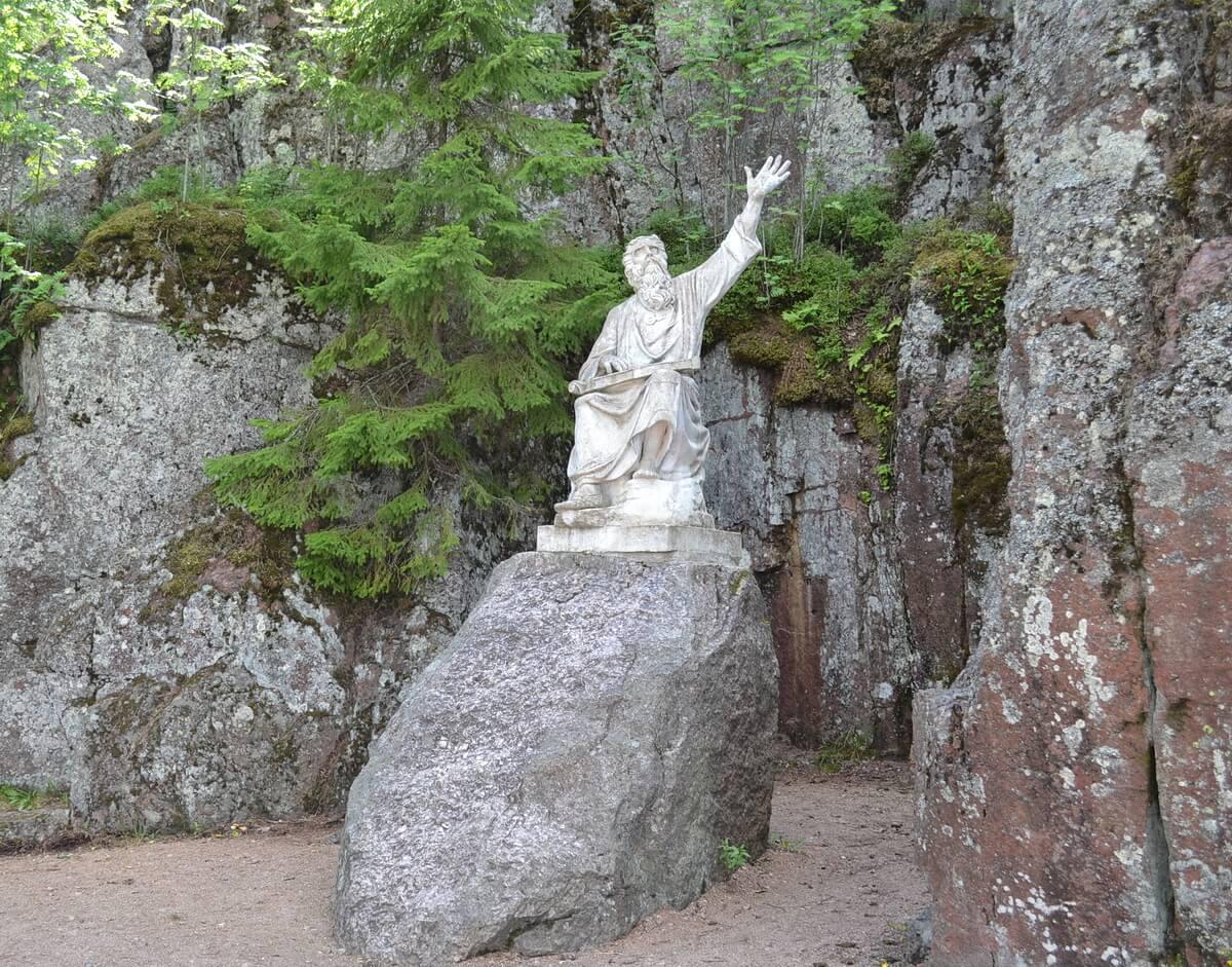 Скульптура Вяйнямейнена - героя эпоса `Калевала`
