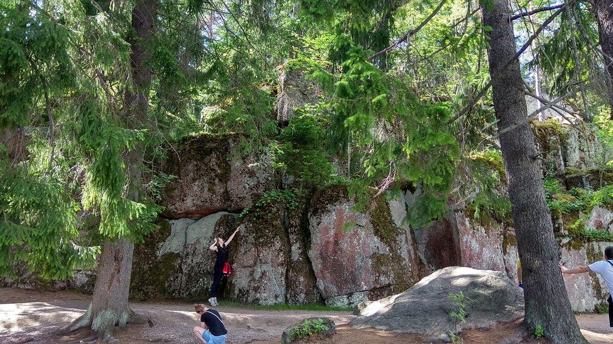 Огромные камни и скалы