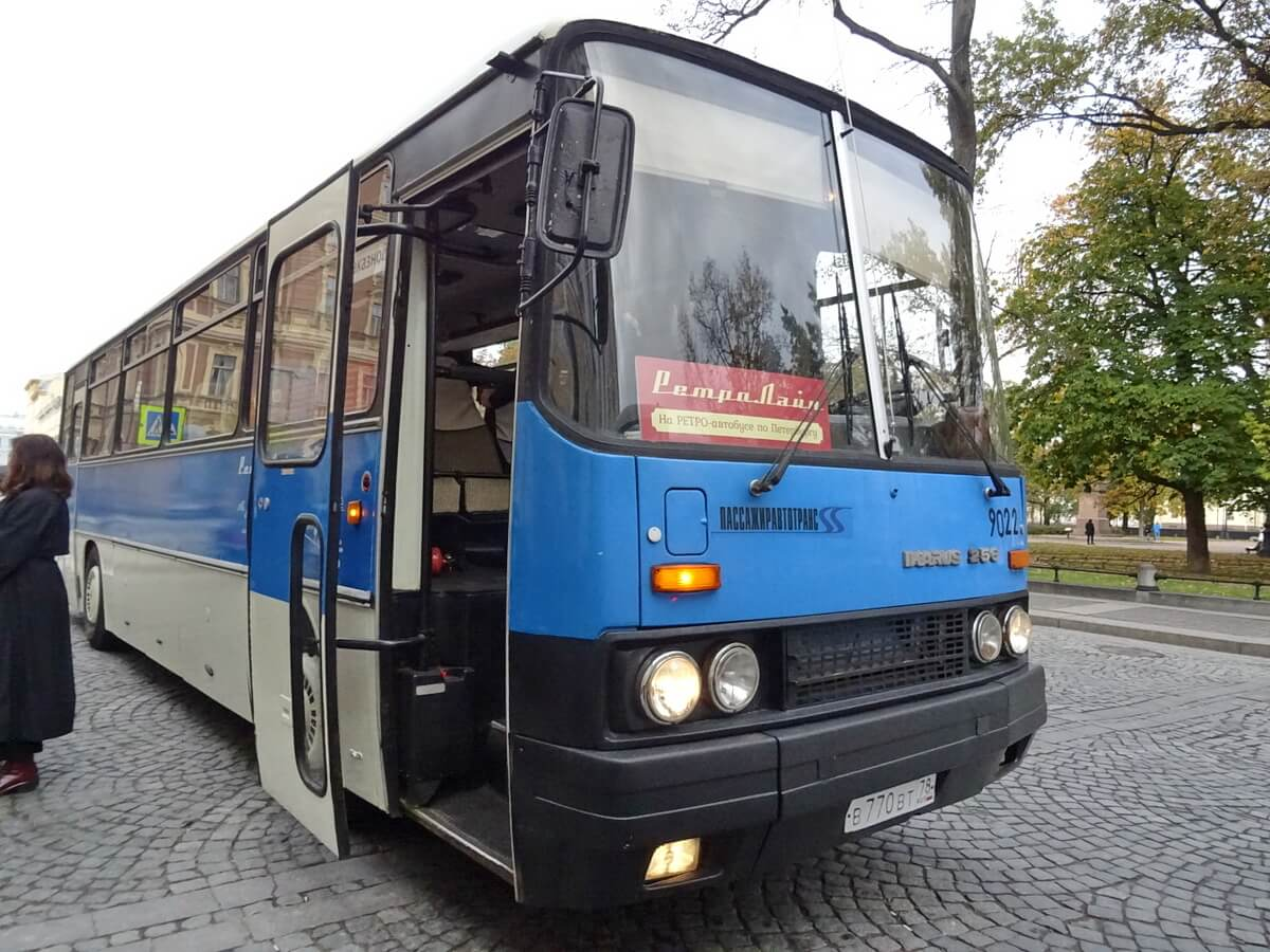 Туристический ретро-автобус на остановке