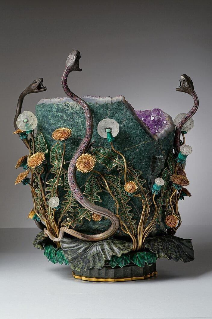 Ваза, декорированная янтарем