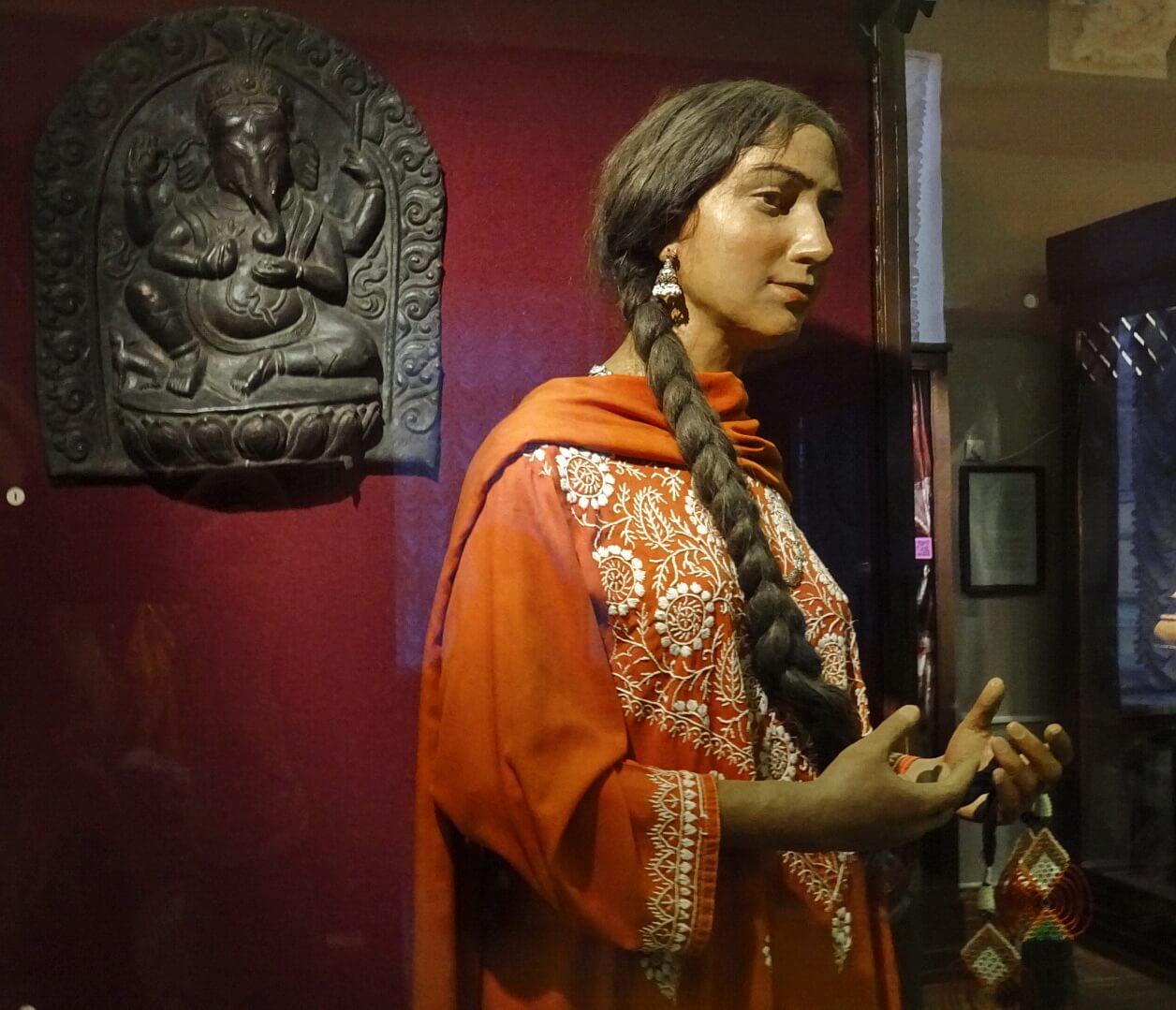 Одна из индийских красавиц загадочно улыбается нам