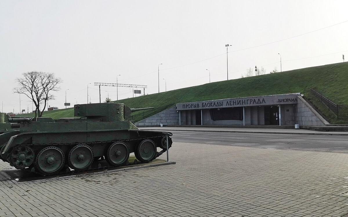 Диорама находится справа от входа в комплекс, в опоре моста