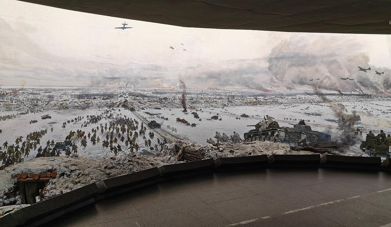 На полукруглой стене изображен левый берег
