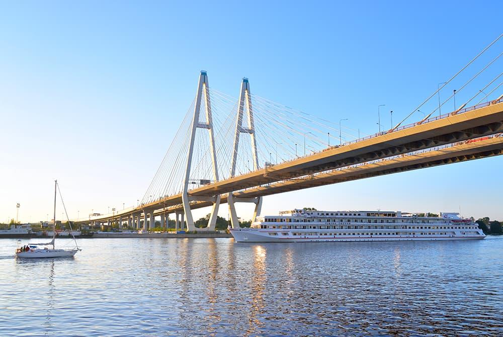 Круизное судно под мостом