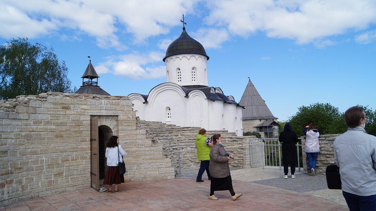 Во дворе Староладожской крепости