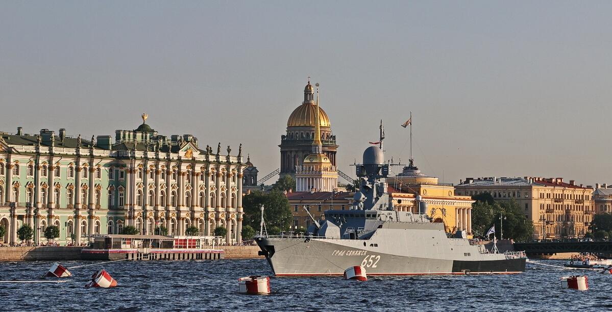 Корабль на фоне Исаакиевского собора и Адмиралтейства