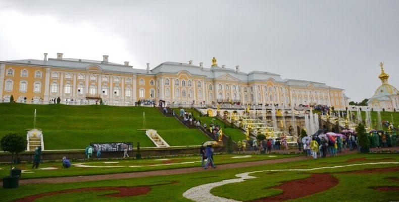 Гиды возмущаются высокими ценами на мороженое и еду в Петергофе