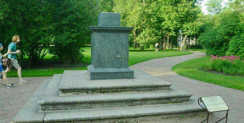 Памятник украденным часам в Павловске