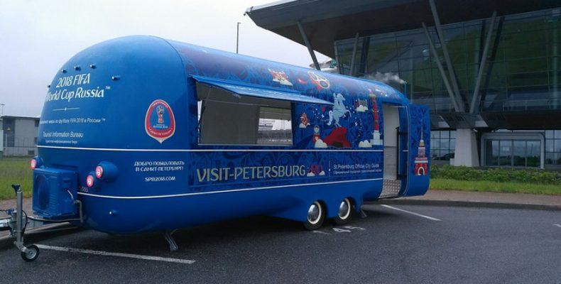 По Петербургу передвигается мобильный пункт помощи туристам