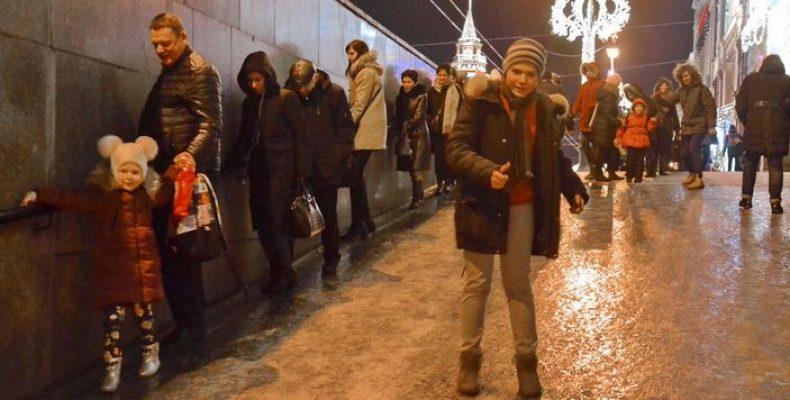 Пешеходы катались по Невскому проспекту как на коньках